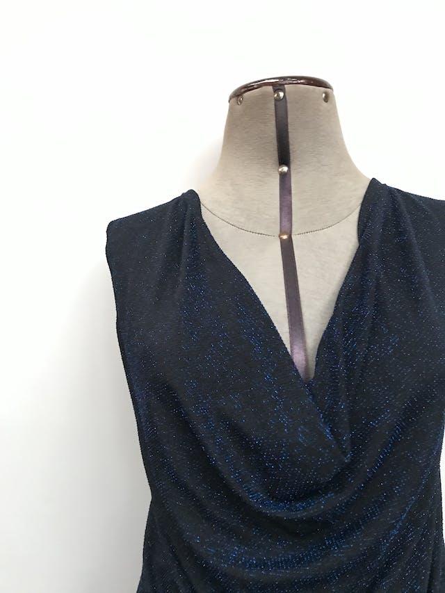 Polo negro con textura de hilos tipo escarchados, cuello caído Talla S foto 2