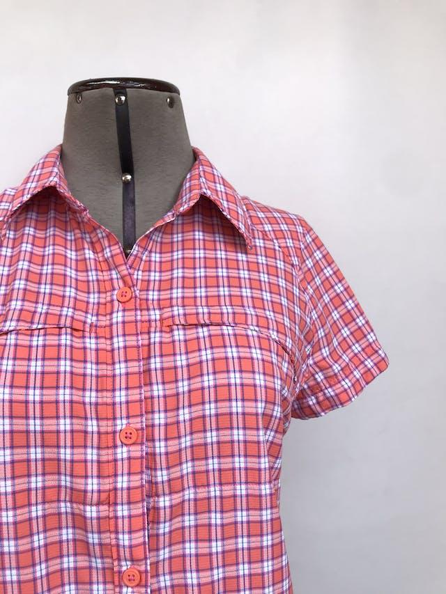 Blusa Columbia a cuadros rosa y blanco, sportwear tela omni shade sun protection, pinzas traseras, fila de botones y bolsillos con cierre en el pecho. Outdoor. Precio original S/ 170 Talla M foto 3