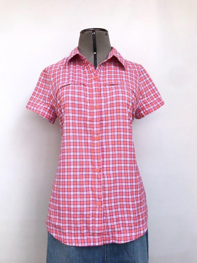 Blusa Columbia a cuadros rosa y blanco, sportwear tela omni shade sun protection, pinzas traseras, fila de botones y bolsillos con cierre en el pecho. Outdoor. Precio original S/ 170 Talla M foto 1