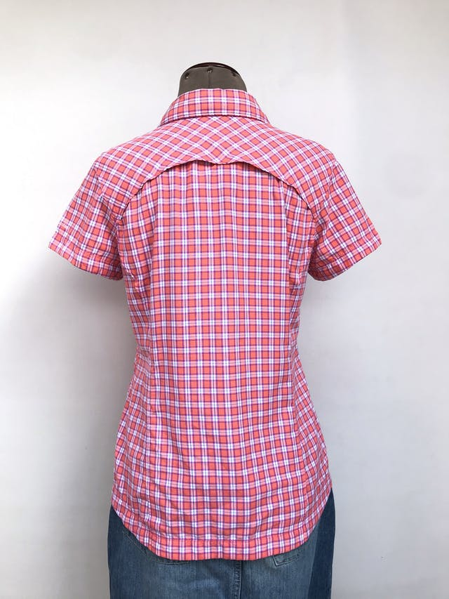 Blusa Columbia a cuadros rosa y blanco, sportwear tela omni shade sun protection, pinzas traseras, fila de botones y bolsillos con cierre en el pecho. Outdoor. Precio original S/ 170 Talla M foto 2