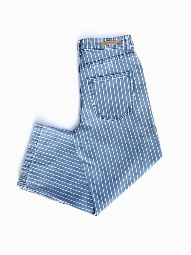 Pantalón jean Index celeste con líneas blancas, denim grueso, a la cintura, 5 bolsillos y corte recto. Precio original S/ 130 Talla 30 foto 2
