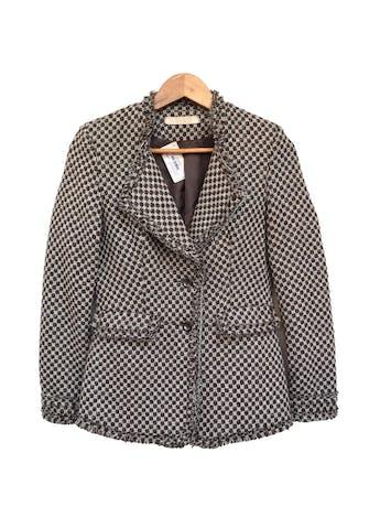 Abrigo tipo tweed marrón, blanco y plomo, forrado, solapas, botones y bolsillos delanteros, detalle de flecos Talla S (puede ser M chico) foto 1