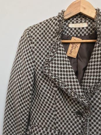 Abrigo tipo tweed marrón, blanco y plomo, forrado, solapas, botones y bolsillos delanteros, detalle de flecos Talla S (puede ser M chico) foto 2