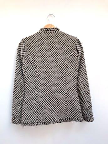 Abrigo tipo tweed marrón, blanco y plomo, forrado, solapas, botones y bolsillos delanteros, detalle de flecos Talla S (puede ser M chico) foto 3
