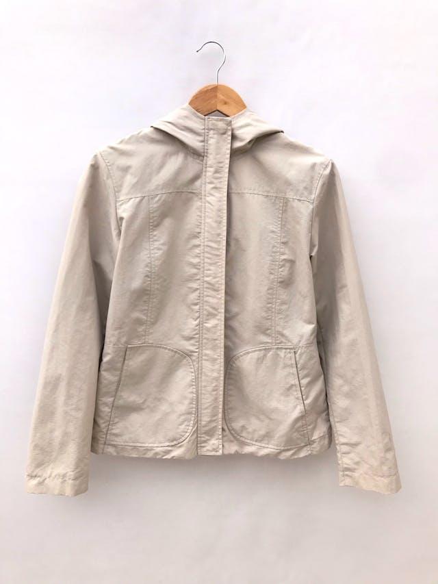Casaca H&M beige de nylon, forrada, capucha, con cierre y broches, lleva bolsillos laterales foto 1