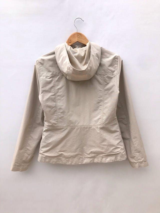 Casaca H&M beige de nylon, forrada, capucha, con cierre y broches, lleva bolsillos laterales foto 2