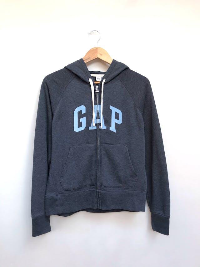 Casaca polera GAP azul acero con logo en plush celeste, lleva capucha, cierre y bolsillos delanteros. Precio original S/ 200 Talla M en etiqueta (Puede ser L) foto 1