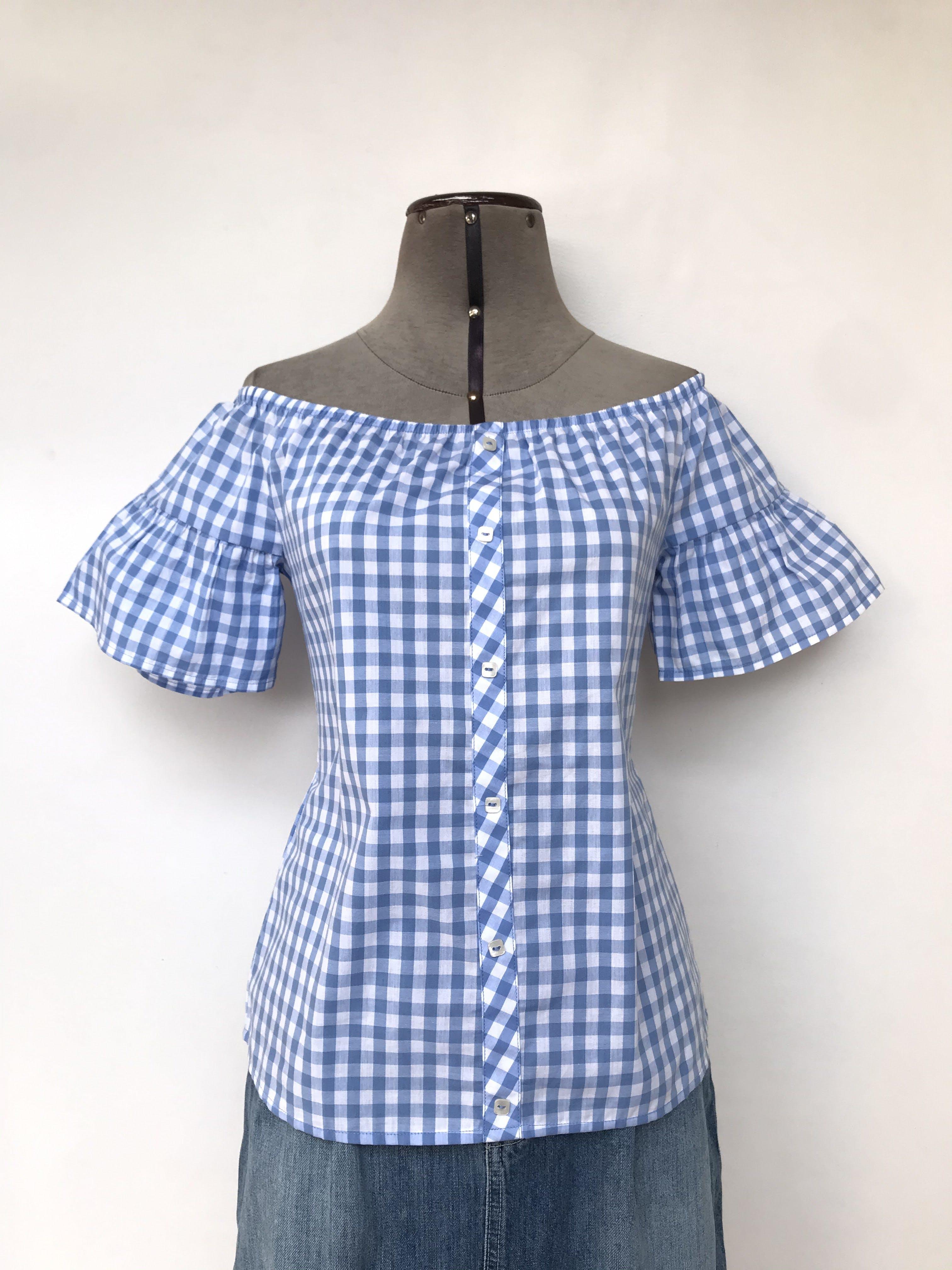 Blusa Pionier 100% algodón a cuadros celestes y blancos, off shoulder con elástico, fila de botones centrales y mangas con volante Talla S