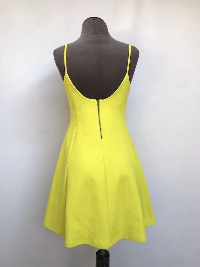 Vestido Zara amarillo, de tiritas con cierre posterior, falda con vuelo, tela stretch tipo lycra gruesa. Arma lindo Talla S/M chico foto 2