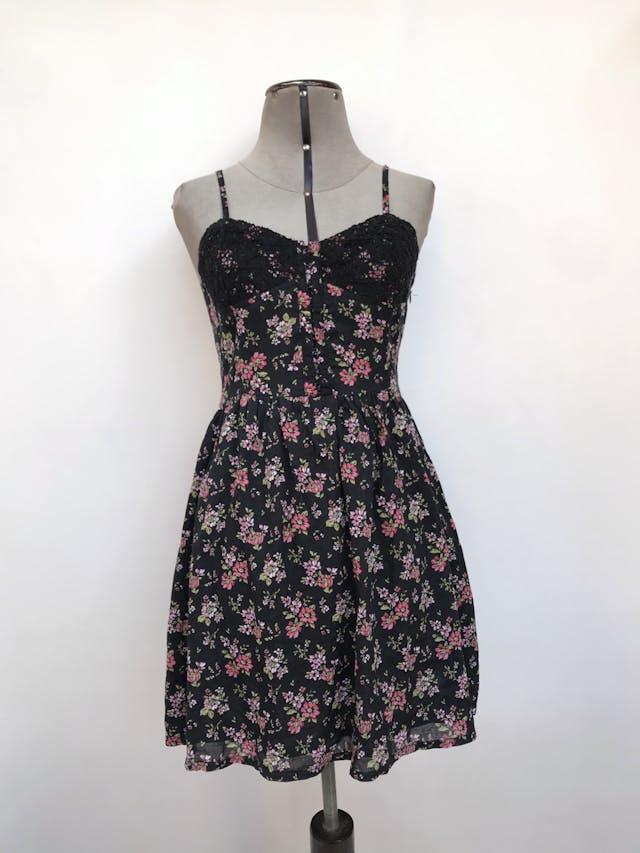 Vestido mini Forever21 negro con estampado  de flores rojas, de tiritas, lleva corchetes y encaje en el pecho Talla S/M chico  foto 1