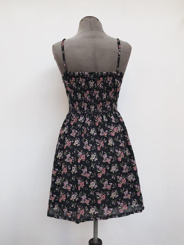 Vestido mini Forever21 negro con estampado  de flores rojas, de tiritas, lleva corchetes y encaje en el pecho Talla S/M chico  foto 2