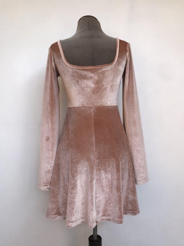 Vestido Asos de plush palo rosa, cuello cuadrado, corte a la cintura y falda con vuelo. Nuevo con etiqueta. Precio original S/ 130 Talla S foto 2