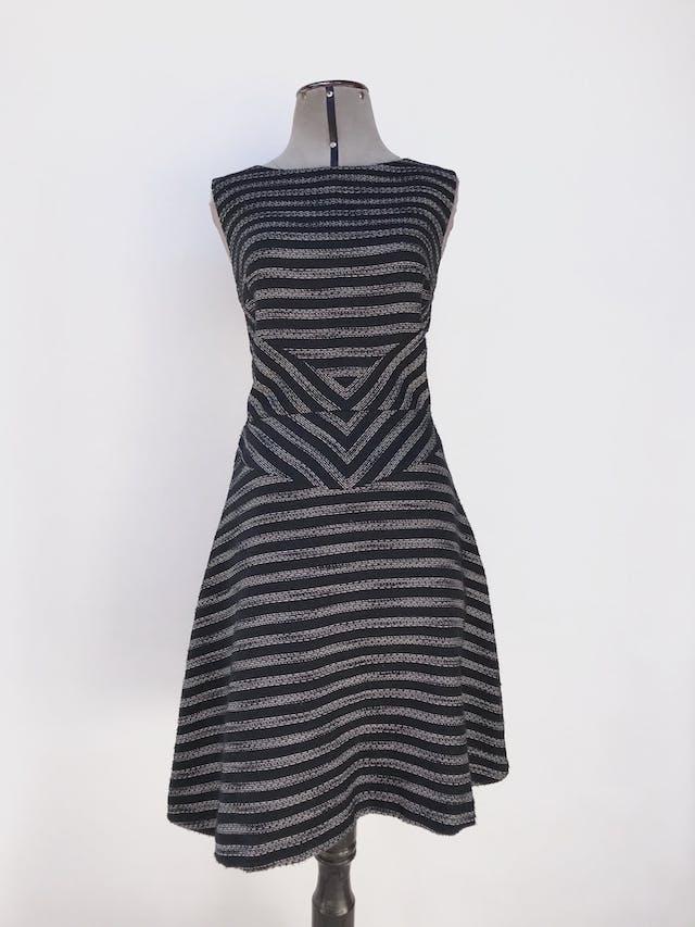 Vestido Halogen con textura tipo tejido negro y crema, corte a la cintura, falda en A, lleva forro y cierre en la espalda. Nuevo con etiqueta. Precio original S/ 270 Talla M (10) foto 1