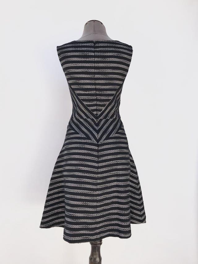 Vestido Halogen con textura tipo tejido negro y crema, corte a la cintura, falda en A, lleva forro y cierre en la espalda. Nuevo con etiqueta. Precio original S/ 270 Talla M (10) foto 2