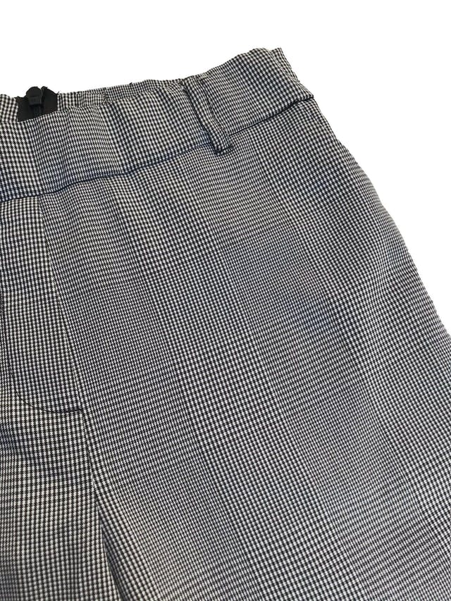 Pantalón a la cintura, cuadros blanco y negro, franjas laterales verde y negro, bolsillos, dobladillo en basta y cierre posterior foto 3