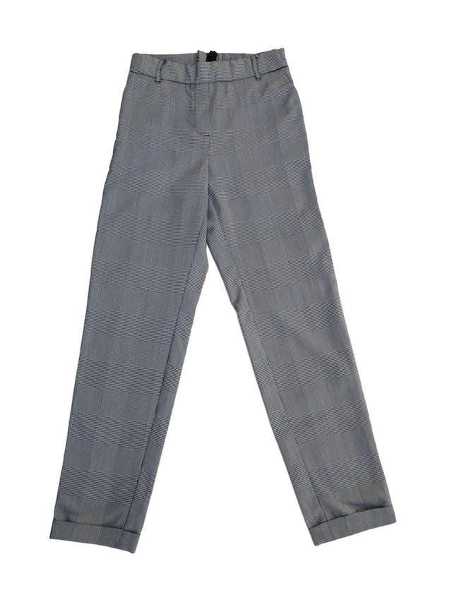 Pantalón a la cintura, cuadros blanco y negro, franjas laterales verde y negro, bolsillos, dobladillo en basta y cierre posterior foto 1