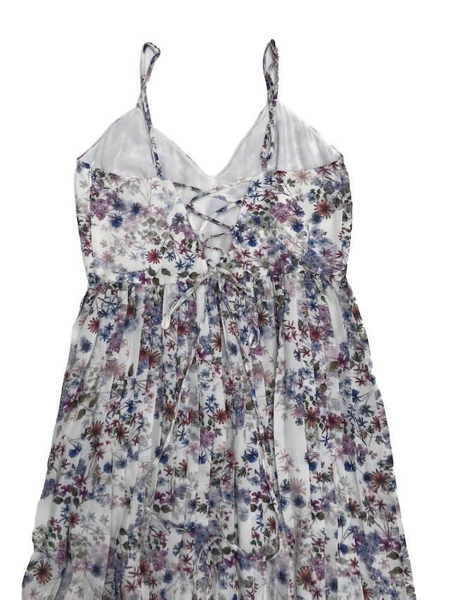 Vestido H&M de gasa blanca con estampado de flores, forrado, tiritas, escote en V y espalda con tira regulables, falda plisada. Cintura 68cm Largo desde sisa 100cm foto 2