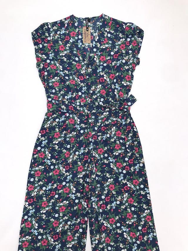 Enterizo pantalón Moixx azul con estampado de flores, tela plana, botones al centro, cinto y bolsillos laterales, pierna suelta. Precio original S/ 210 foto 1