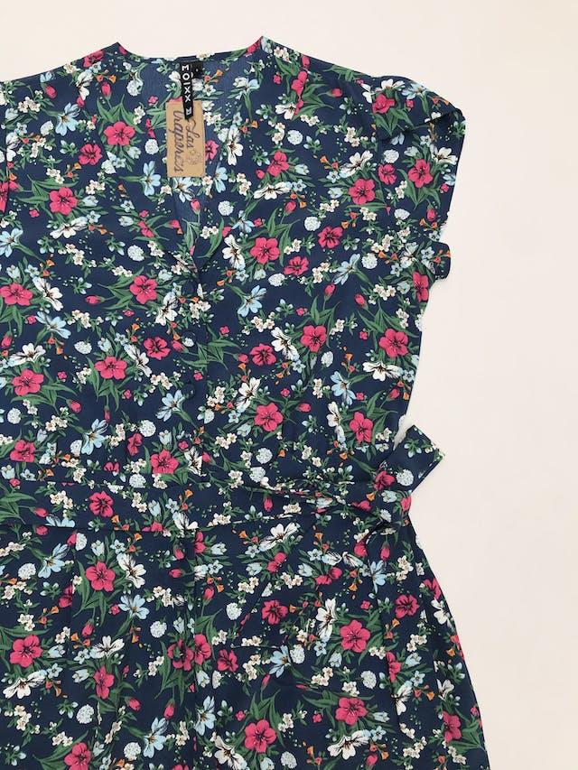Enterizo pantalón Moixx azul con estampado de flores, tela plana, botones al centro, cinto y bolsillos laterales, pierna suelta. Precio original S/ 210 foto 3