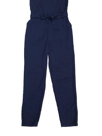 Enterizo Mentha&chocolate azul de tela con textura piqué, tiritas regulables, cierre lateral, cinto para amarrar y bolsillos laterales. Precio original S/ 250 foto 2