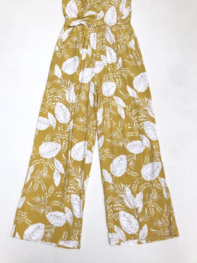 Enterizo pantalón amarillo con estampado de hojas blancas, escote cruzado, bolsillos laterales y cierre posterior. Precio original 140 soles   foto 2