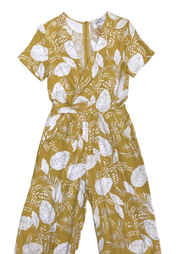 Enterizo Alaniz pantalón amarillo con estampado de hojas blancas, escote cruzado, bolsillos laterales y cierre posterior. Precio original S/ 180 foto 1