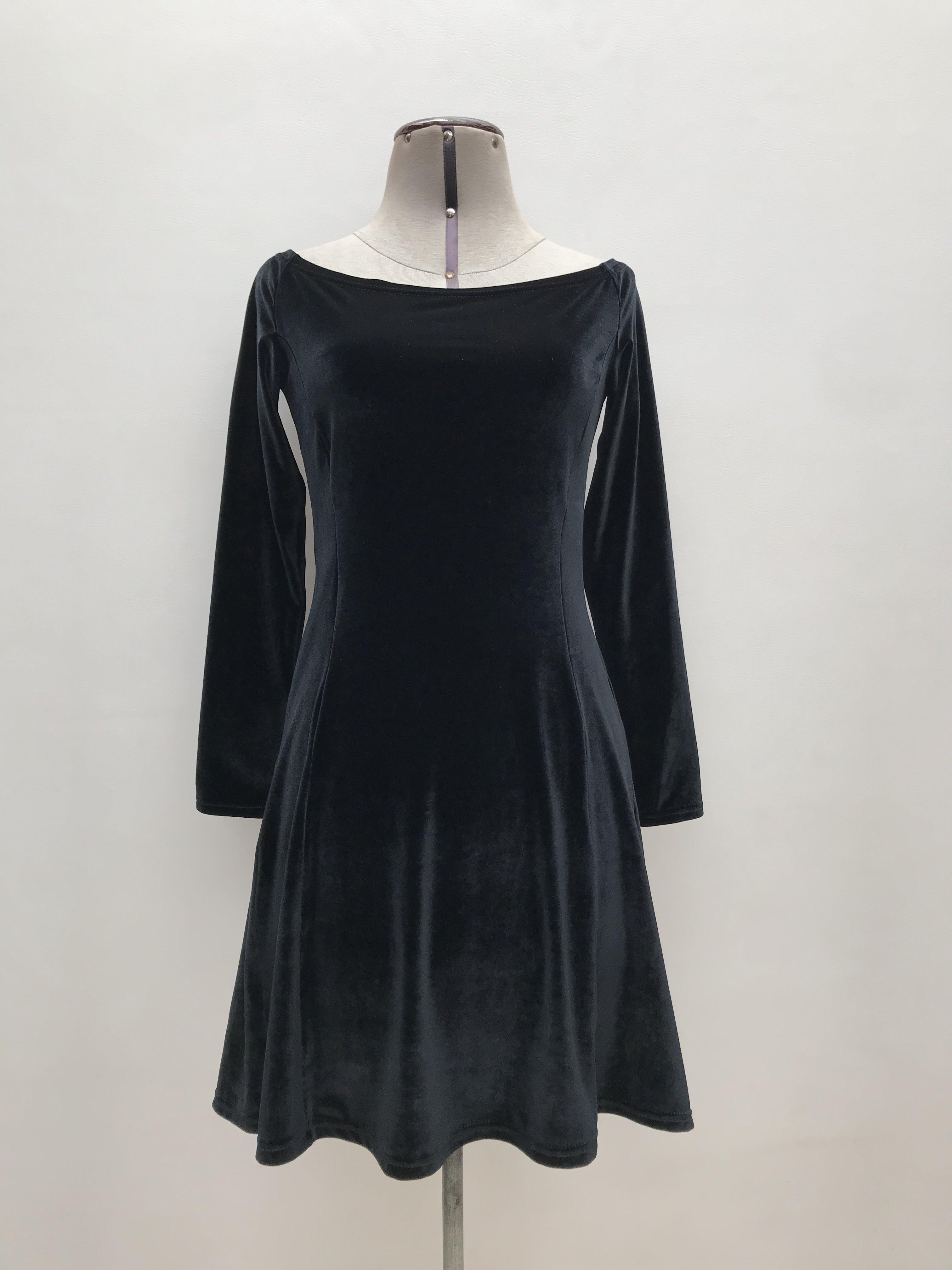 Vestido negro de plush, cuello ojal, manga larga, pinzas y falda en A. Largo 83cm