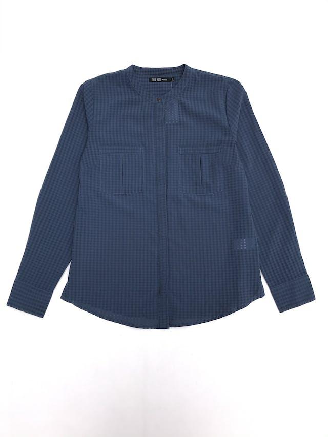 Blusa de cuadros en tonos azules, tela plana, fila de botones y bolsillos delanteros foto 1