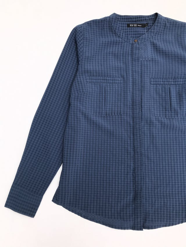 Blusa de cuadros en tonos azules, tela plana, fila de botones y bolsillos delanteros foto 2