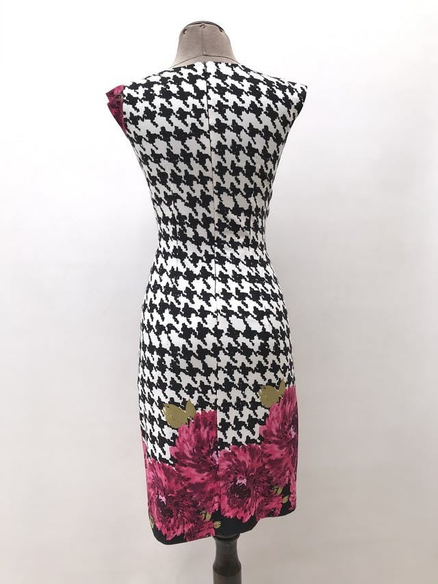 Vestido CATS estampado pata de llago blanco y negro con flores fucsias, escote cruzado y cierre posterior, tela ligeramente stretch y lleva forro. Largo 94cm foto 2