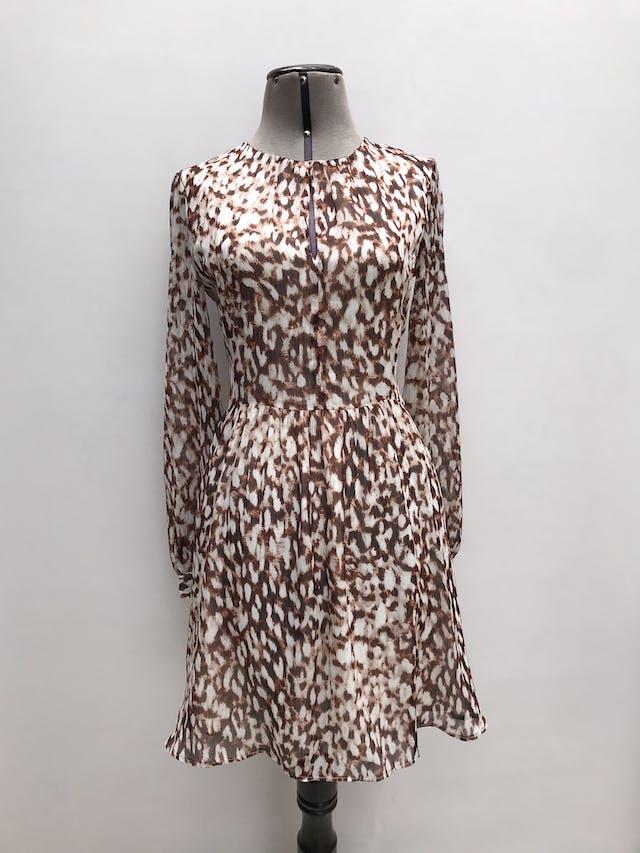 Vestido Mango de gasa animal print crema, marrón e hilos plateados, escote gota en el pecho, lleva forro y cierre posterior. Largo 87cm. Precio original S/ 200 foto 1