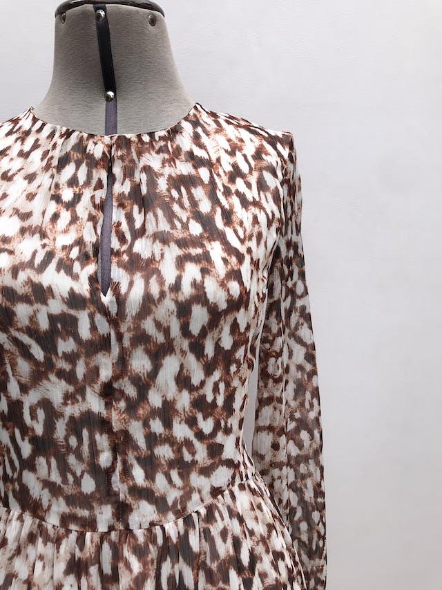 Vestido Mango de gasa animal print crema, marrón e hilos plateados, escote gota en el pecho, lleva forro y cierre posterior. Largo 87cm. Precio original S/ 200 foto 2