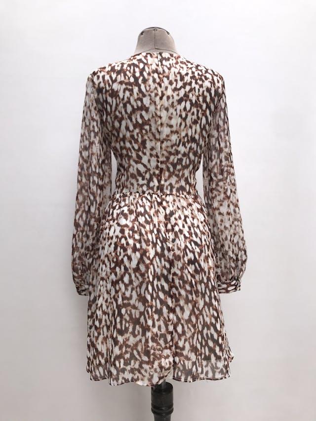 Vestido Mango de gasa animal print crema, marrón e hilos plateados, escote gota en el pecho, lleva forro y cierre posterior. Largo 87cm. Precio original S/ 200 foto 3