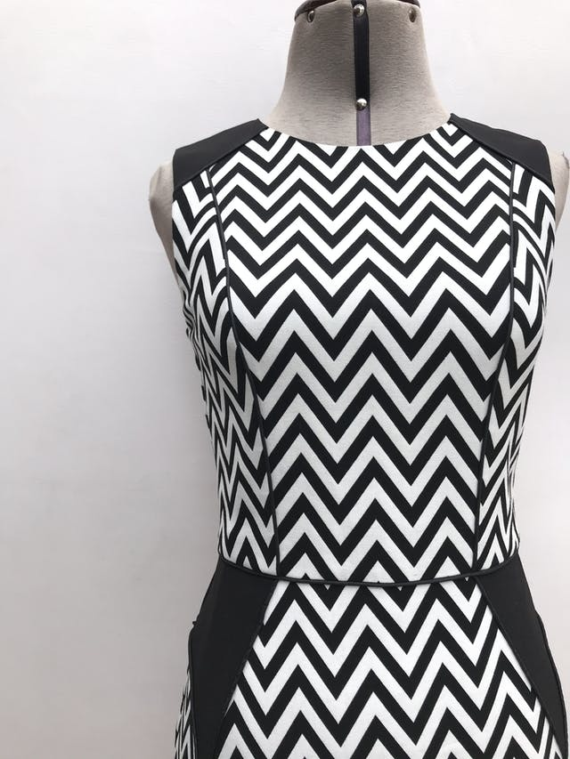 Vestido H&M estampado zigzag blanco y negro, forrado, ribetes negros, cierre y escote posterior. Largo 87cm foto 3