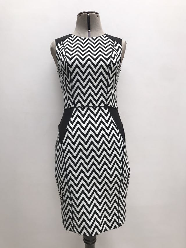 Vestido H&M estampado zigzag blanco y negro, forrado, ribetes negros, cierre y escote posterior. Largo 87cm foto 1