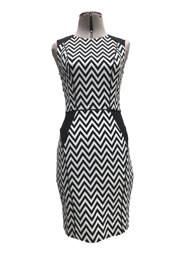 Vestido H&M estampado zigzag blanco y negro, forrado, ribetes negros, cierre y escote posterior. Largo 87cm Precio originsl S/ 130 foto 1
