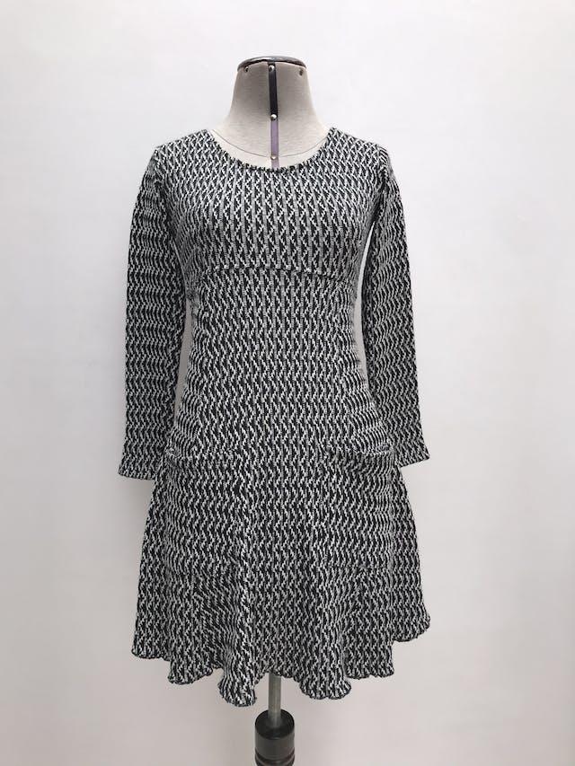 Vestido tipo tejido blanco y negro, textura acanalada, falda en A con bolsillos delanteros, cierre posterior Largo 79cm foto 1