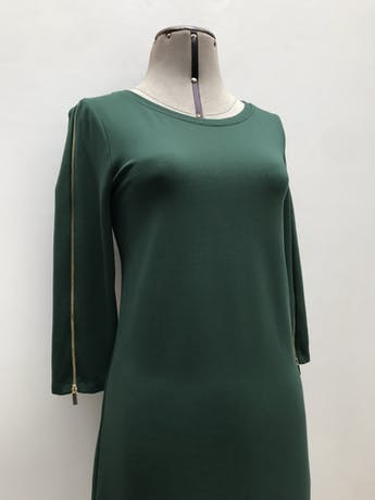 Vestido Cortefiel verde, tela tipo algodón stretch, manga 3/4 con cierre dorados. Largo 94cm. Precio original S/ 270 foto 2