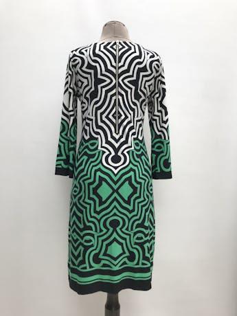 Vestido Donna Ricco fondo negro con estampado blanco y verde, tela ligeramente stretch, forrado y lleva cierre plateado en la espalda. Largo 95cm. Precio original S/ 350 foto 2