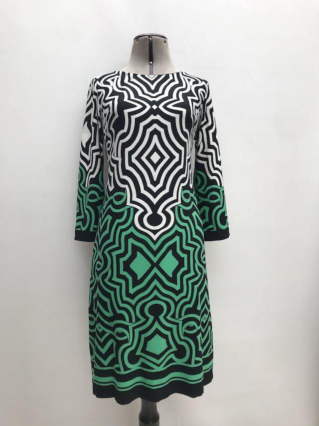 Vestido Donna Ricco fondo negro con estampado blanco y verde, tela ligeramente stretch, forrado y lleva cierre plateado en la espalda. Largo 95cm  foto 1