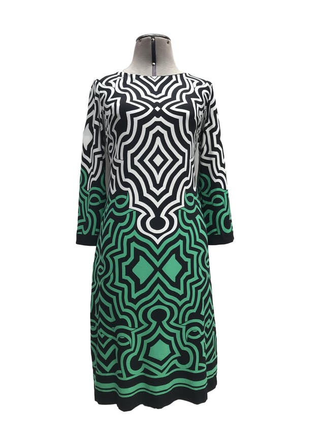 Vestido Donna Ricco fondo negro con estampado blanco y verde, tela ligeramente stretch, forrado y lleva cierre plateado en la espalda. Largo 95cm. Precio original S/ 350 foto 1