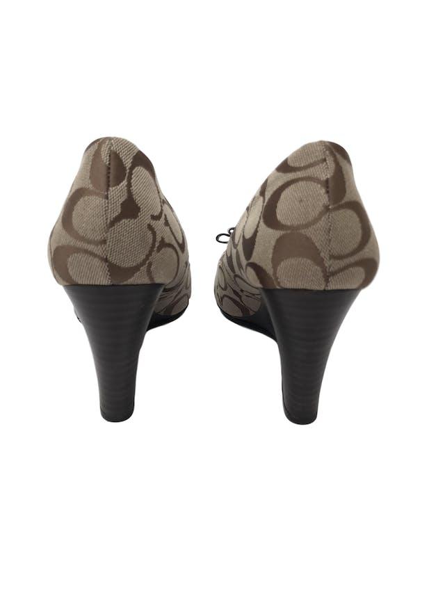 """Zapatos Coach """"Emma"""" peep toe monograma con lacito delantero, taco cuña 9cm. Excelente estado, como nuevos 9.5/10. Precio original S/ 480 foto 3"""