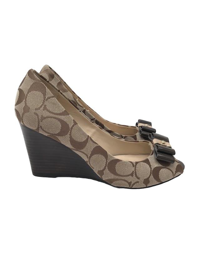 """Zapatos Coach """"Emma"""" peep toe monograma con lacito delantero, taco cuña 9cm. Excelente estado, como nuevos 9.5/10. Precio original S/ 480 foto 1"""