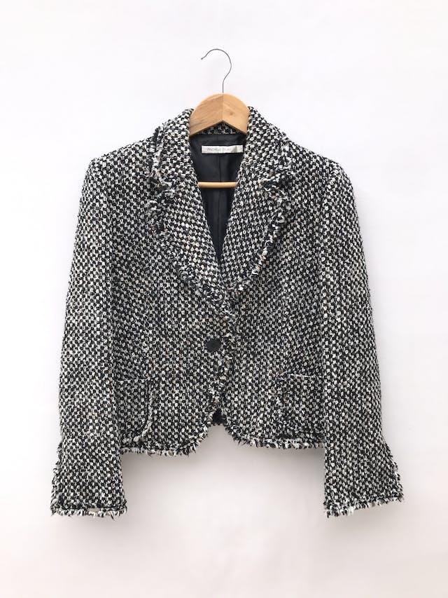 Abrigo Michelle Belau tipo tweed en tonos crema, negro y marrón, forrado, de un solo botón y bolsillos delanteros. Precio original S/ 350 foto 1