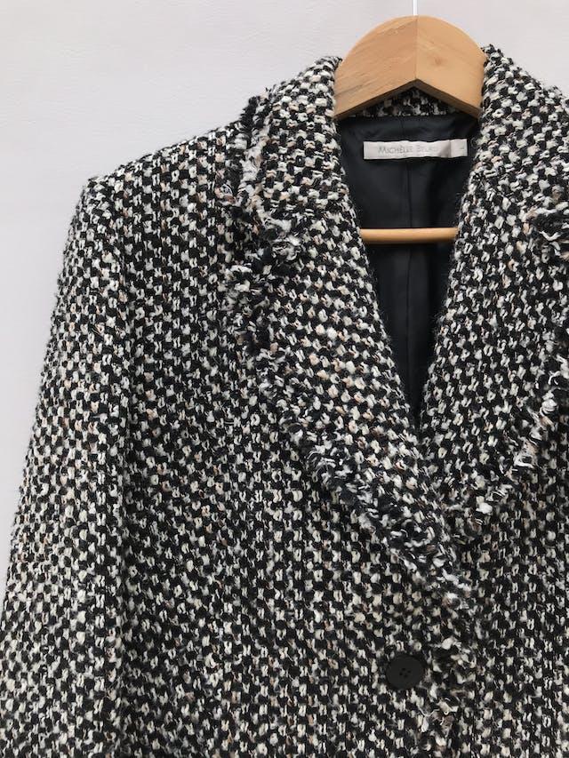 Abrigo Michelle Belau tipo tweed en tonos crema, negro y marrón, forrado, de un solo botón y bolsillos delanteros. Precio original S/ 350 foto 2