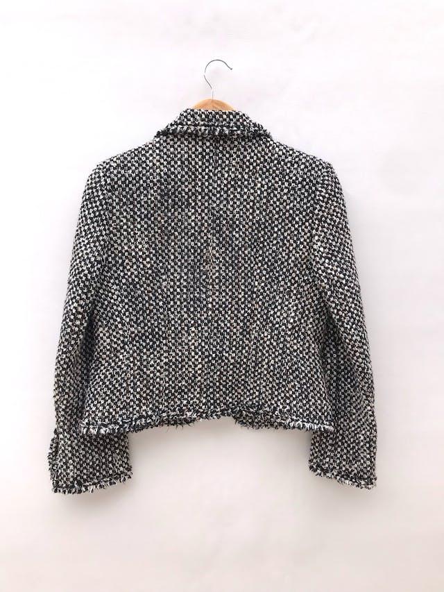 Abrigo Michelle Belau tipo tweed en tonos crema, negro y marrón, forrado, de un solo botón y bolsillos delanteros. Precio original S/ 350 foto 3