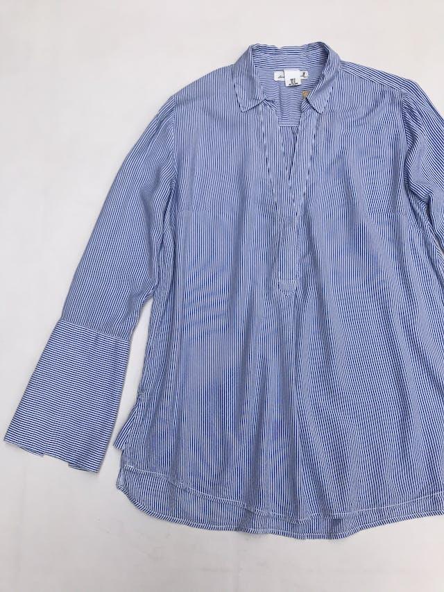Blusa H&M a rayas blanco y azul, escote en V con botón, manga con abertura en los puños foto 2