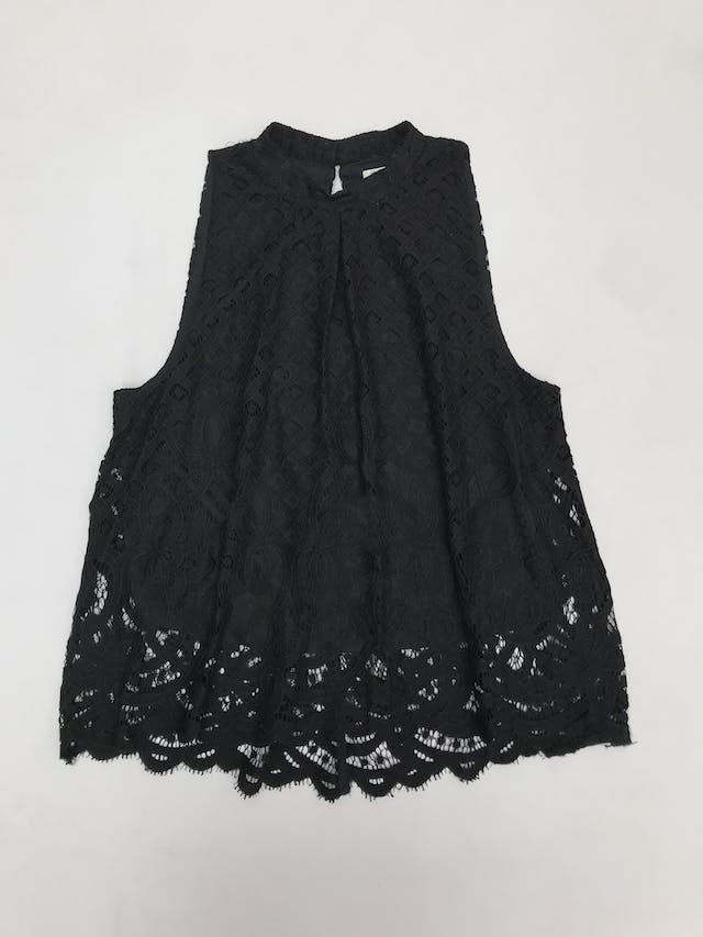 Blusa de encaje negro, forrada, cuello alto con botón posterior. Linda! foto 1
