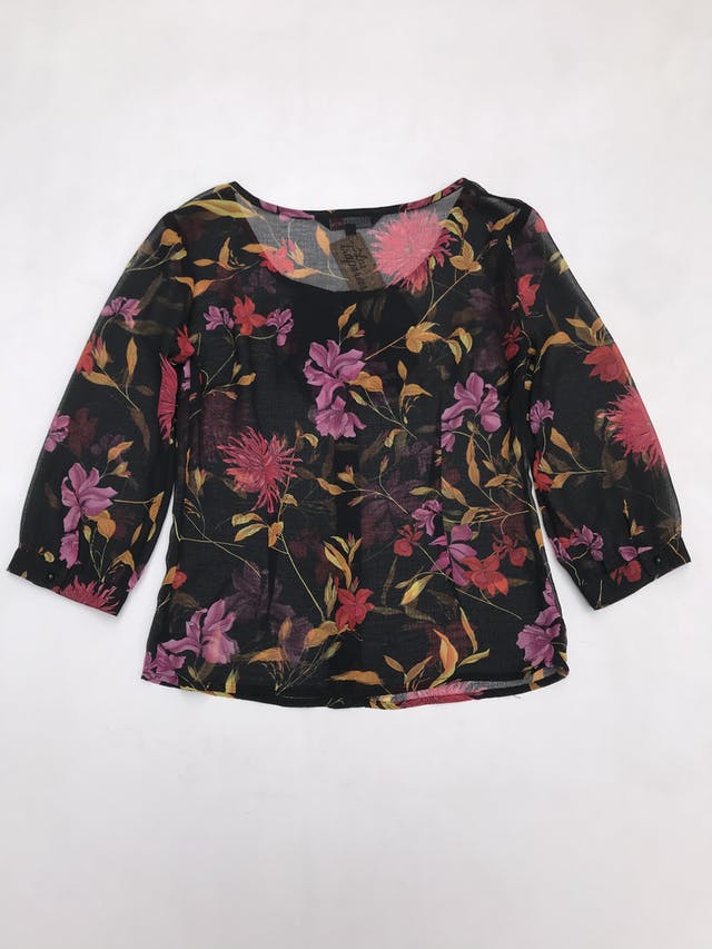Blusa de gasa negra con estampado de flores, bobos y botones delanteros, manga 3/4  foto 3