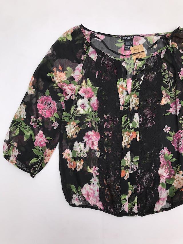 Blusa de gasa negra con estampado de flores, bobos y botones delanteros, manga 3/4  foto 2